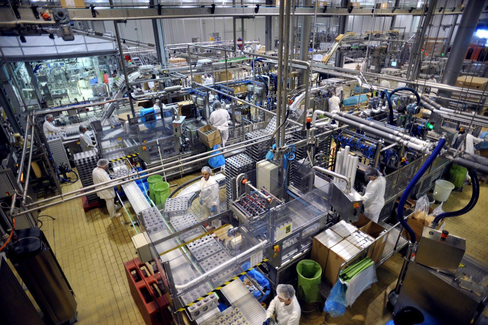 munka a gyárban
