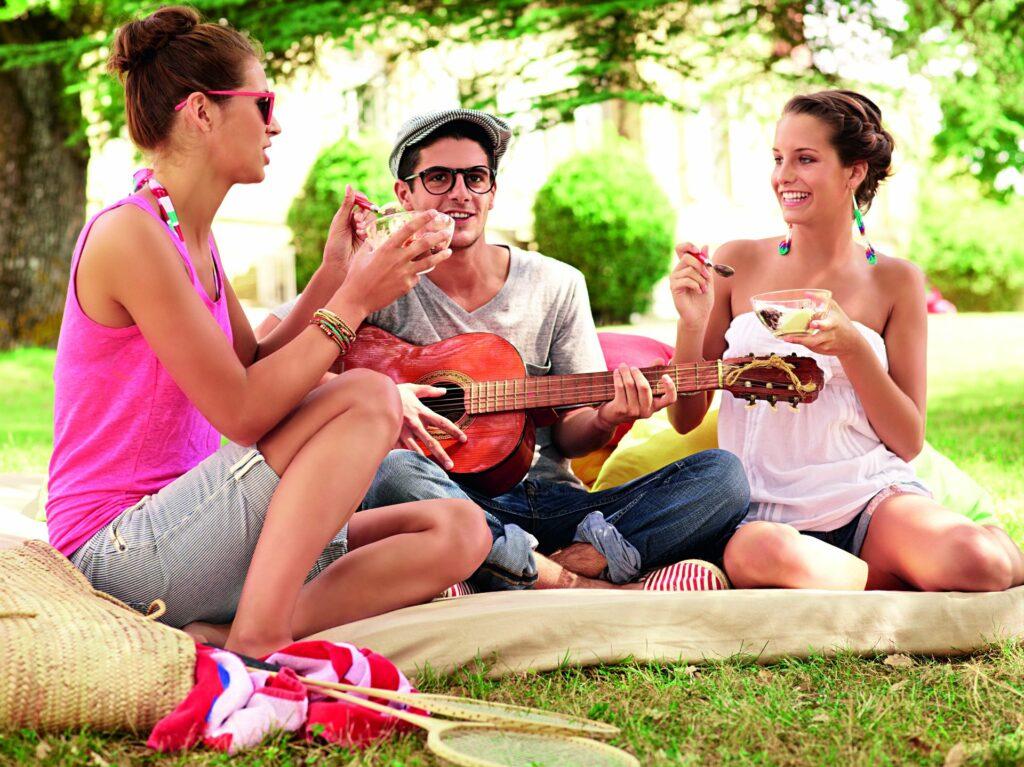 gitároznak a parkban