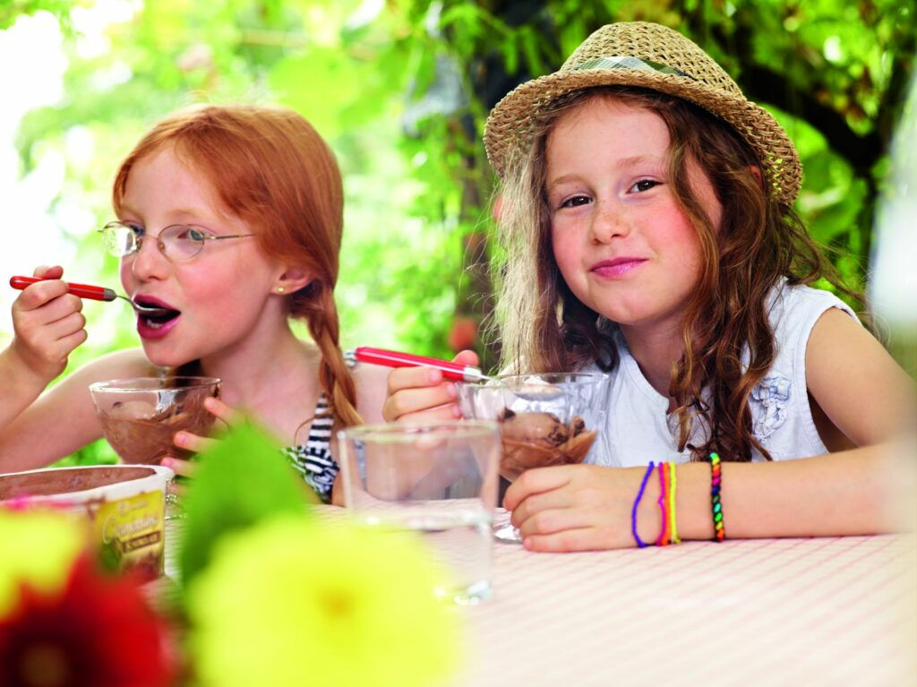 kislányok fagyit esznek