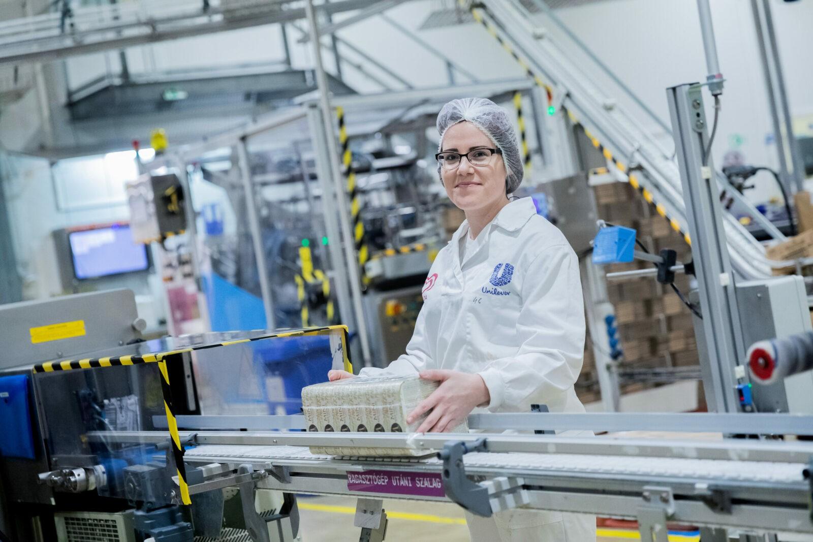 nő dolgozó a gyárban