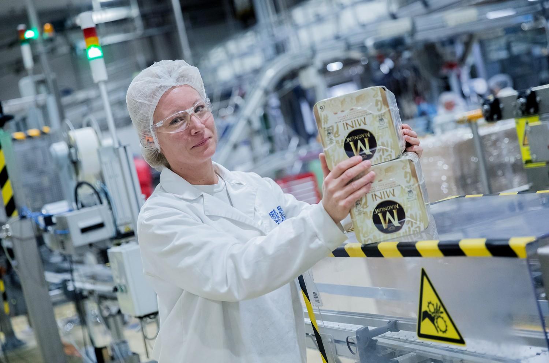 női dolgozó a gyárban